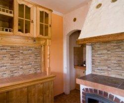 Отделка кухни искусственным или натуральным камнем